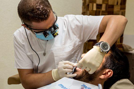 כירורגית שיניים - וינטרמן - שתלים, רפואה וטכנאות שיניים בחיפה